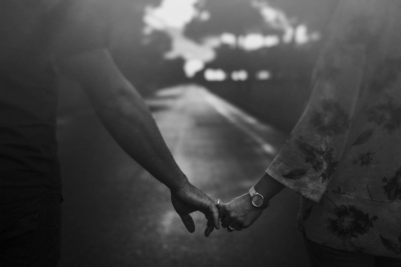Pareja caminando de la mano en blanco y negro - reportaje preboda valladolid