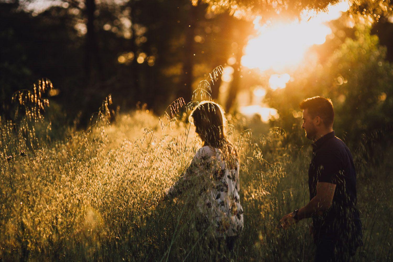 Pareja caminando en el pinar - fotografo bodas valladolid