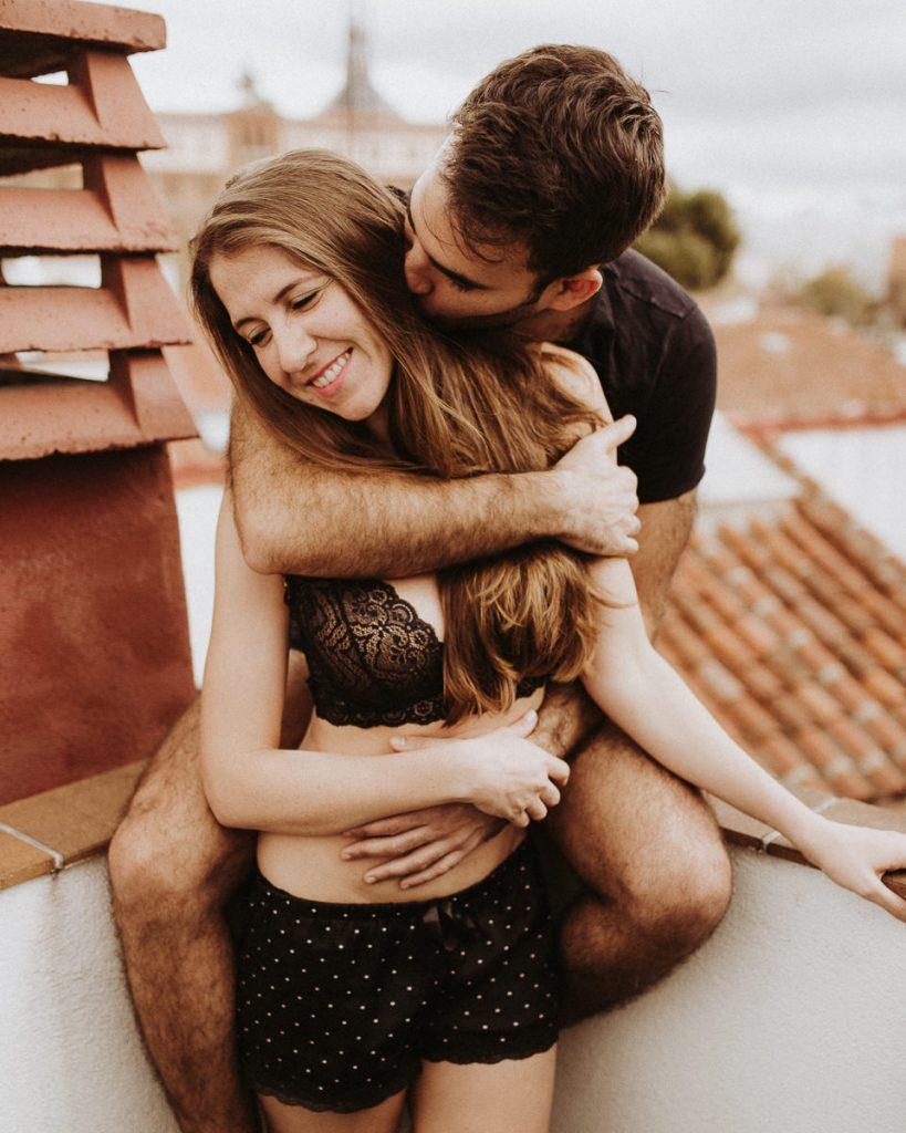 pareja en su preboda en madrid - fotografias diferentes - naturales - tejados ciudad
